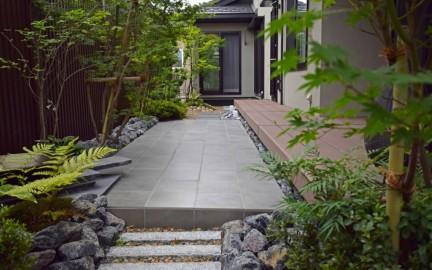 タイルテラスと坪庭