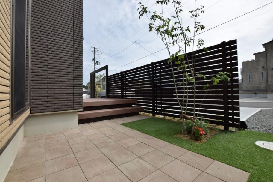 目隠しフェンスと人工芝