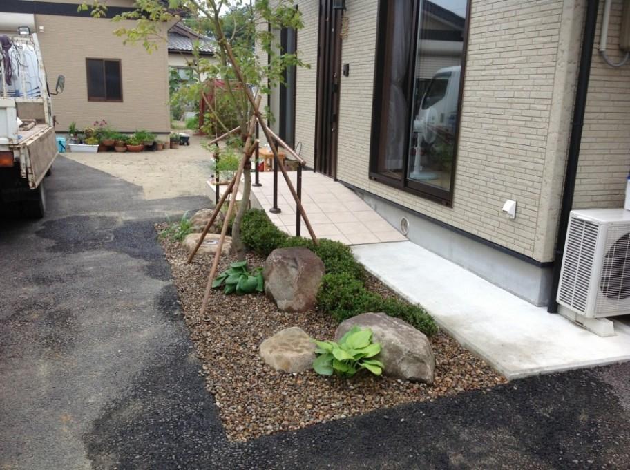 石巻 庭 玄関先の坪庭完成